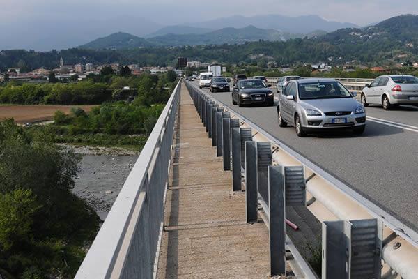 roè volciano donna si butta dal ponte