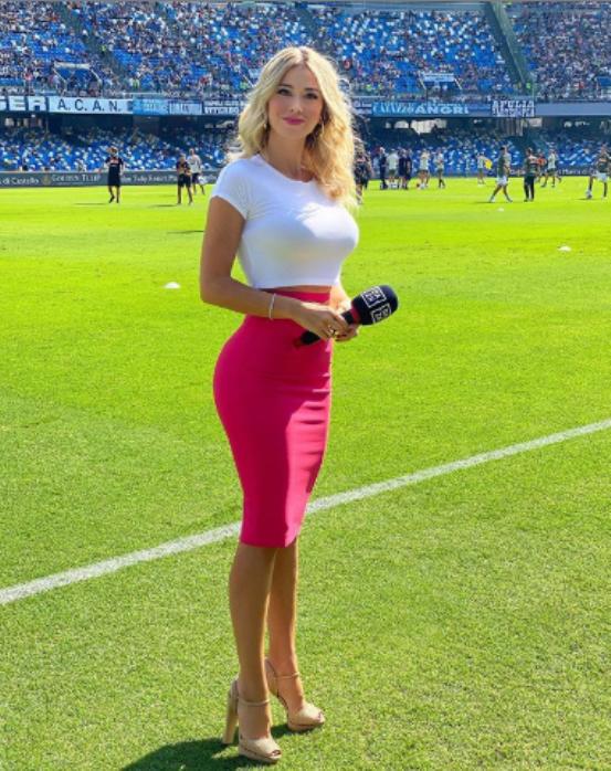 Diletta Leotta Instagram, fianchi fasciati da gonna fucsia: curve da sballo  a bordo campo (FOTO) | UrbanPost