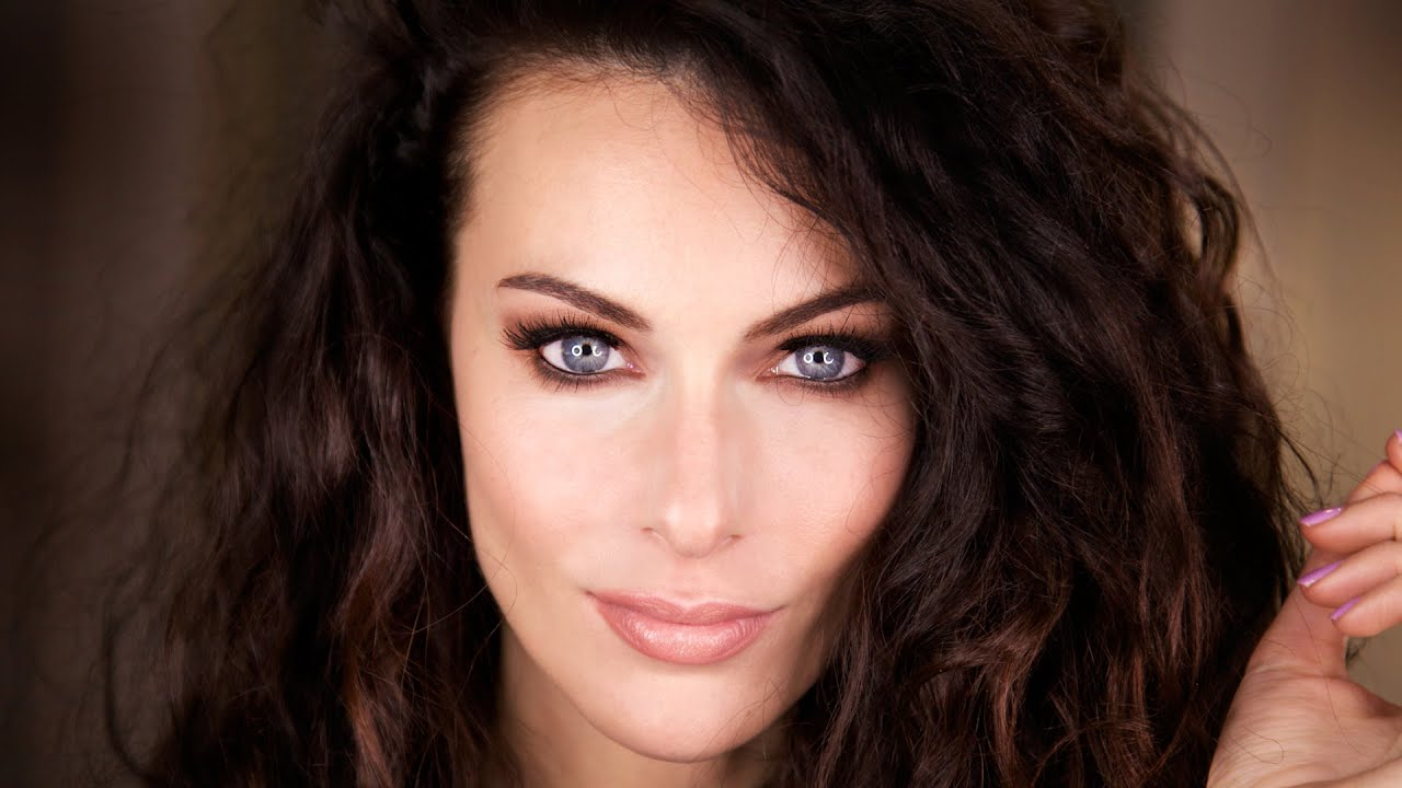 Paola Turani Instagram, labbra rosse e scollatura da capogir
