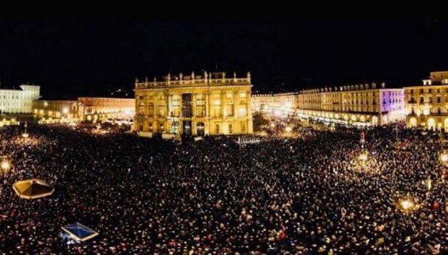 Sardine a Torino, oltre 40mila in piazza Castello: sul palco