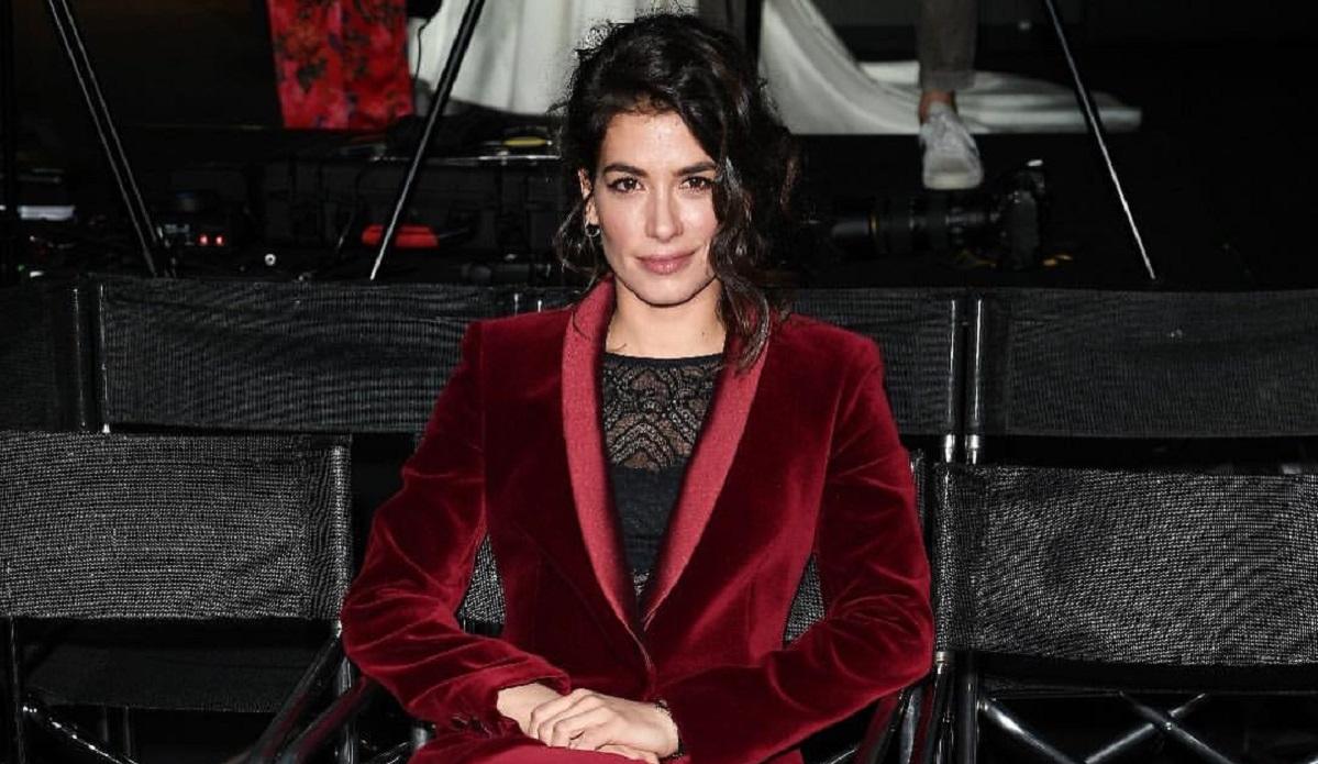 Giulia Michelini Instagram, silhouette sensuale dietro la te