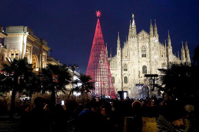 Albero Di Natale Milano.Milano Albero Di Natale Green In Piazza Duomo Spettacolare E Visitabile Anche Dall Interno