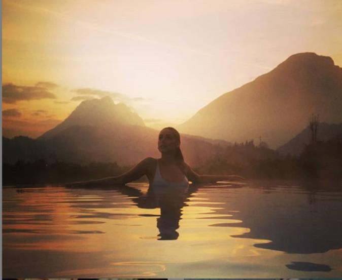 Miriam Leone Instagram, sirena in piscina: curve bagnate e t
