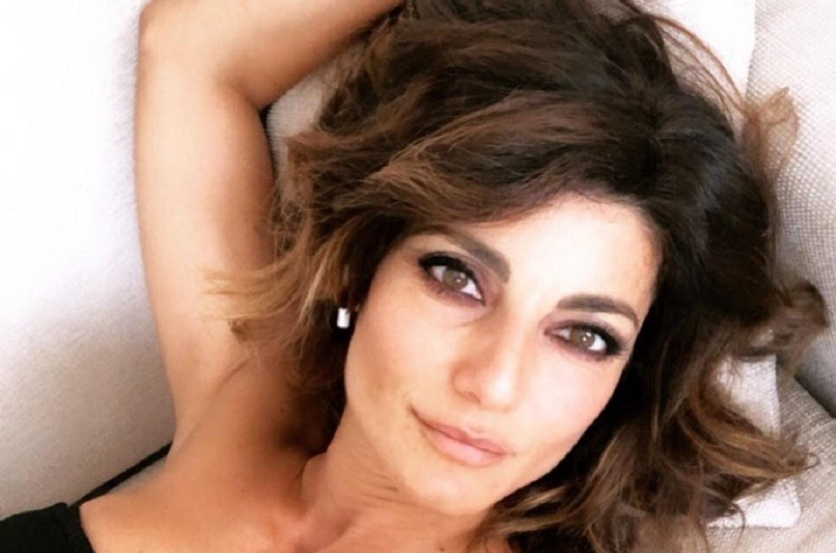 Samanta Togni foto, busto in avanti svela generosa scollatur