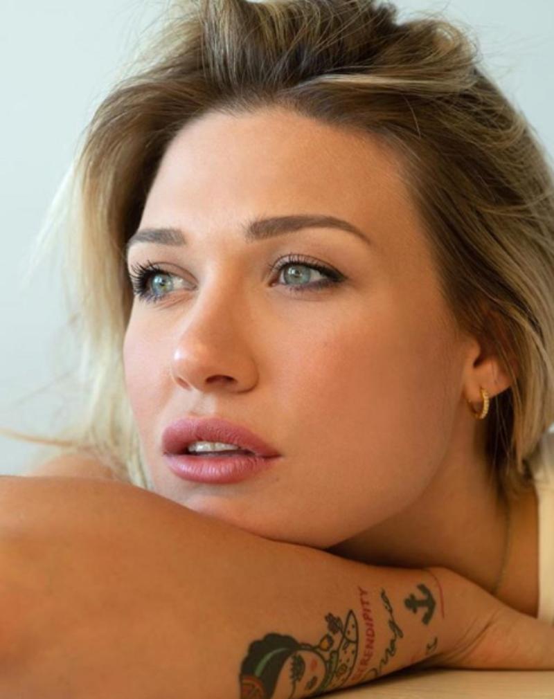 """Benedetta Mazza Instagram, il décolleté si """"affaccia"""" dalla"""
