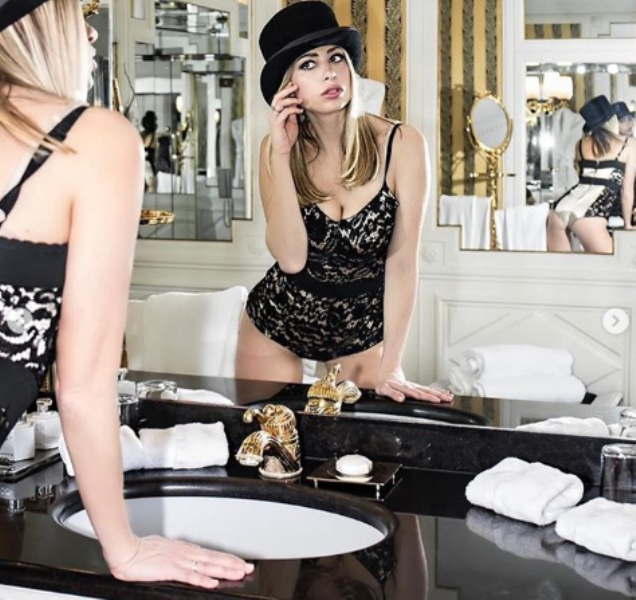 martina stella lato b allo specchio