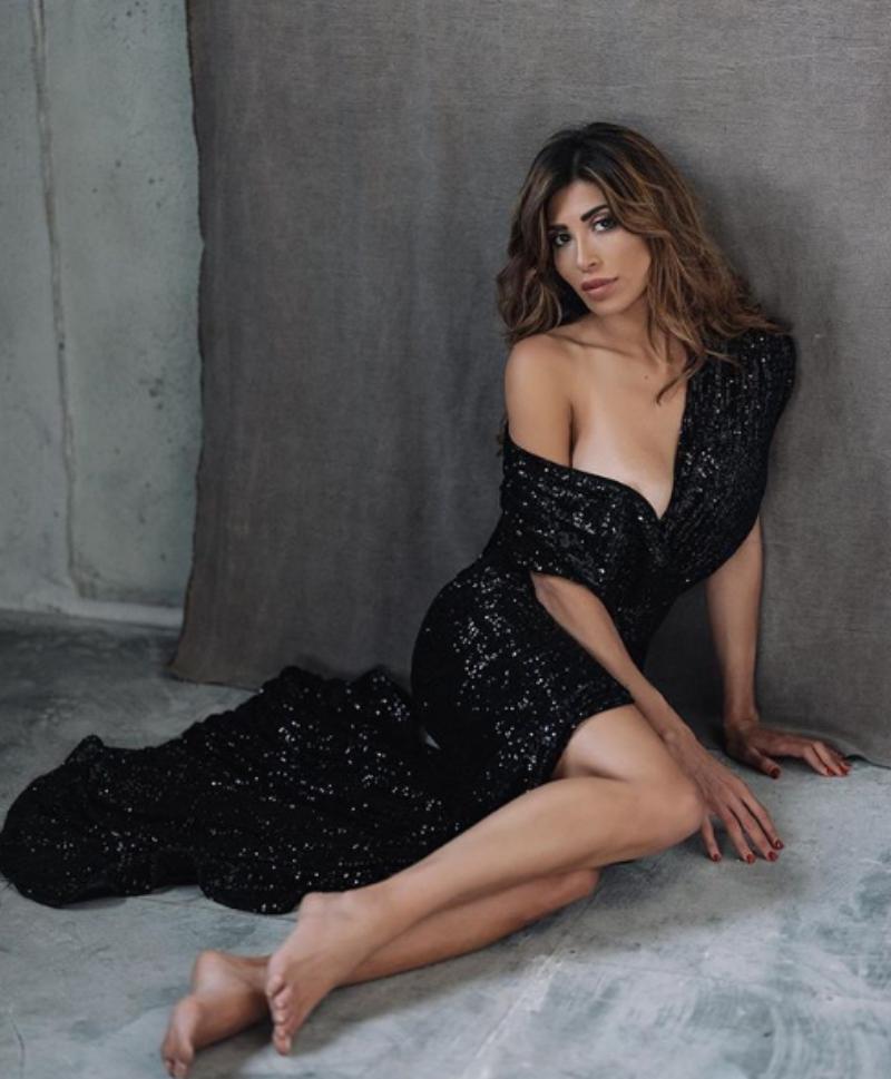 Mila Suarez Instagram, avvolta in un abito di plastica: il v