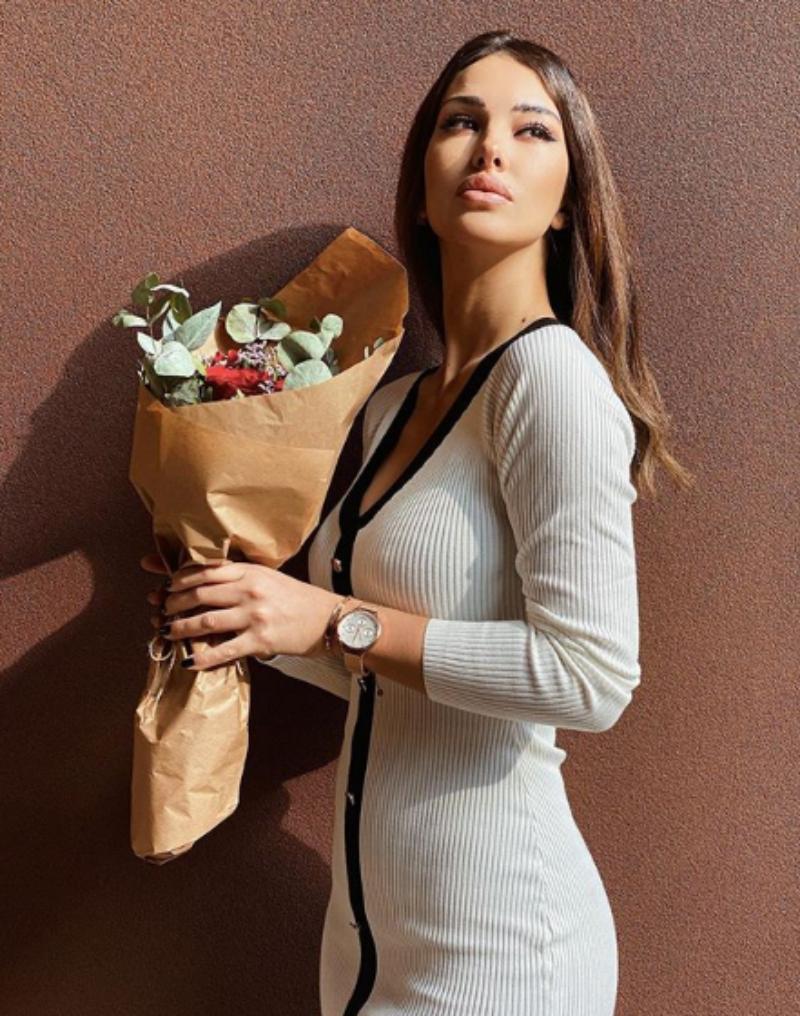 Rosa Perrotta Instagram, look particolare e spacco vertigino