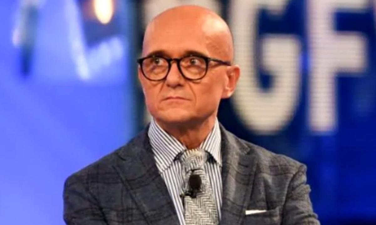 GFVip 5, Alfonso Signorini attaccato da un ex concorrente: «Sono disgustato, è vergognoso»