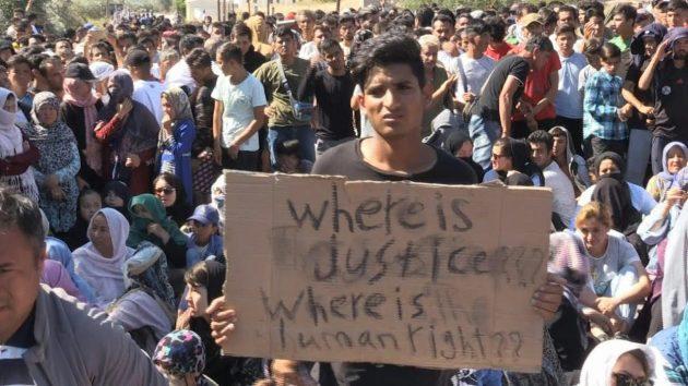 Lacrimogeni sui migranti al confine fra Grecia e Turchia