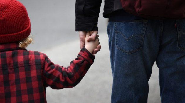 Coronavirus, Viminale: «Sì a passeggiata genitore figlio», l