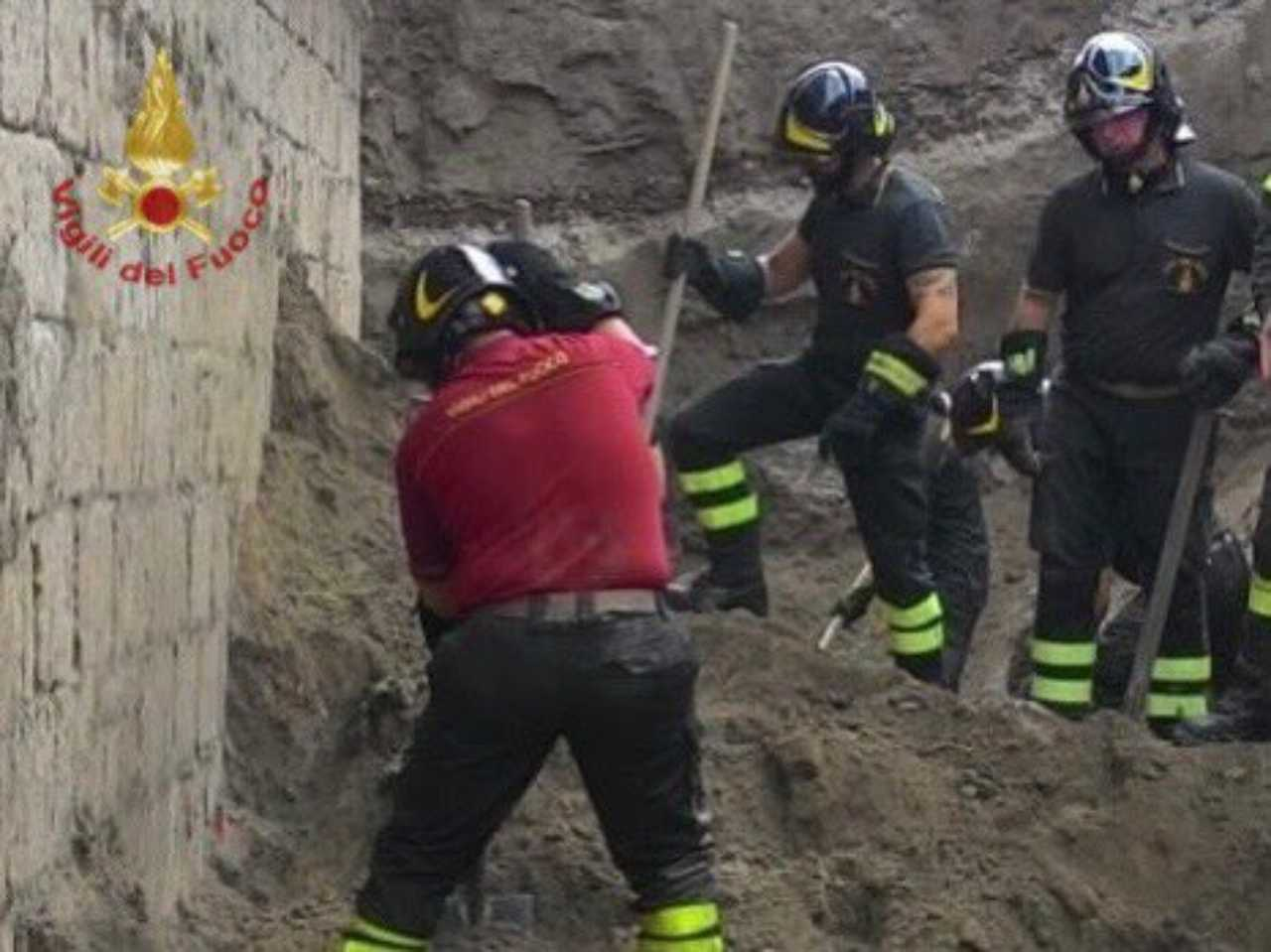 napoli crolla muro di terra
