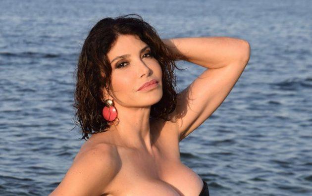 Carmen Di Pietro topless esagerato, cappello di paglia non b