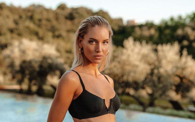 Ema Kovac sensuale sul divano in pelle, il bikini non copre: