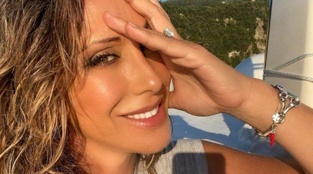 Sabrina Salerno esplosiva , il décolleté non regge l'urto. Fuori tutto – Foto