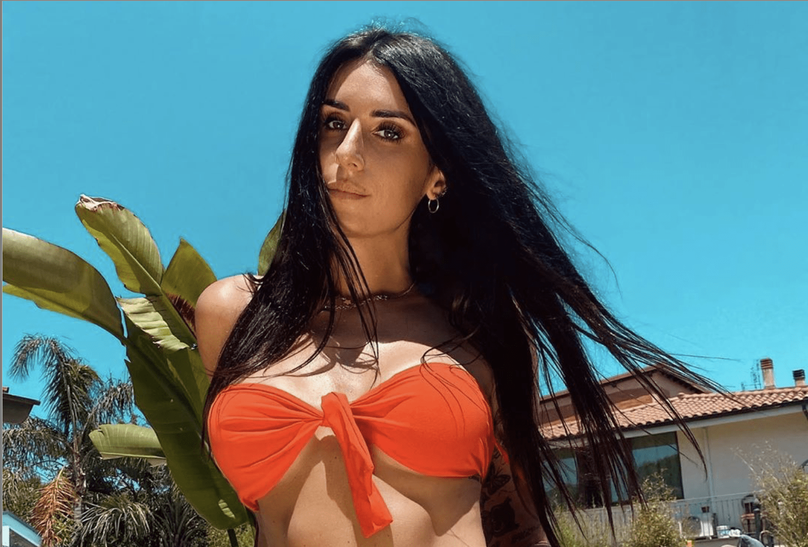 Valentina Vignali bikini, passeggiata sexy a bordo piscina e
