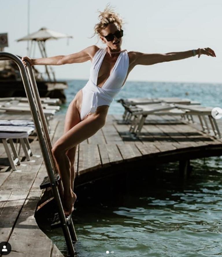 Justine Mattera in trikini bianco trasparente |  solo due fasce sui seni turgidi