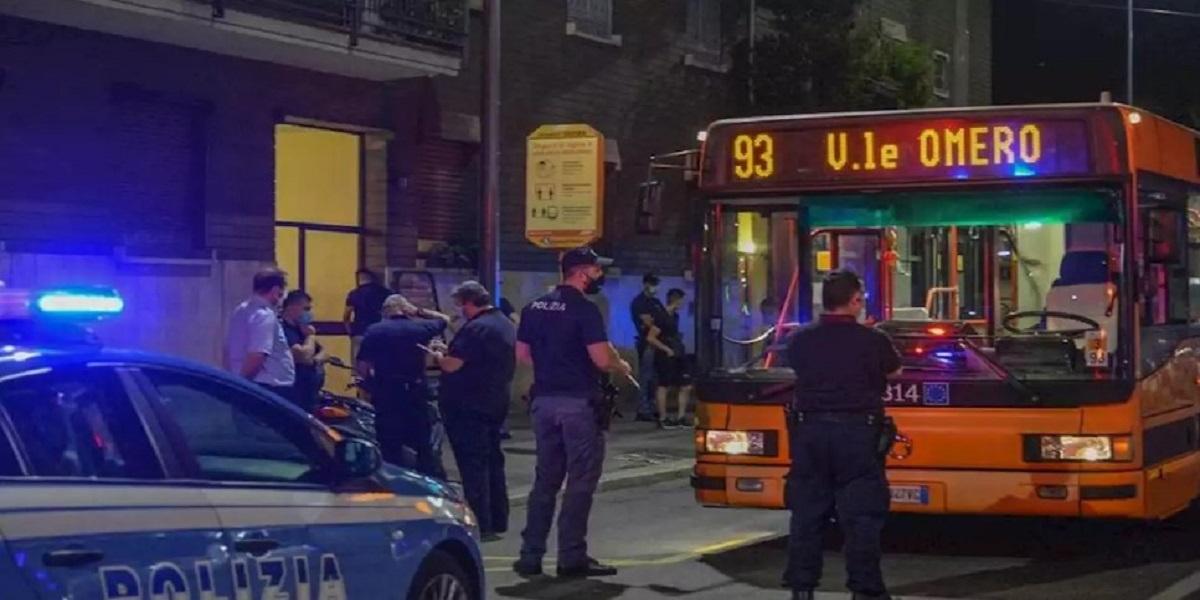 Milano, giovane aggredito a coltellate su un bus: è grave