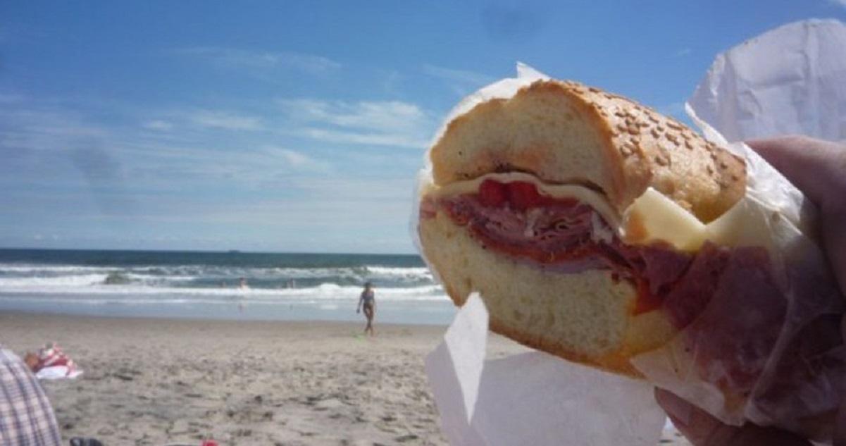 Salento spiagge, vietato mangiare il panino portato da casa: