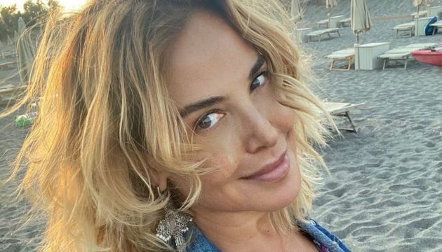 Barbara D'Urso Instagram, dolce riposo col fidanzato: «Ha trovato il giocattolo nuovo»
