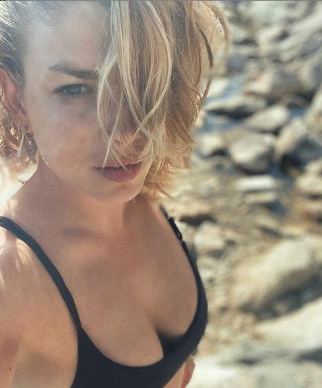 Emma Marrone sdraiata a bordo piscina