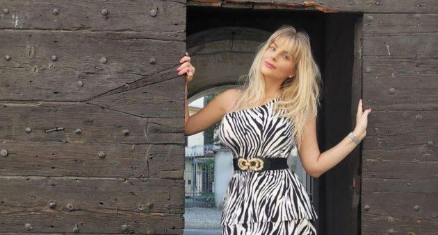 Francesca Cipriani fisico favoloso, ma il costume animalier è troppo piccolo: «Da far girar la testa»