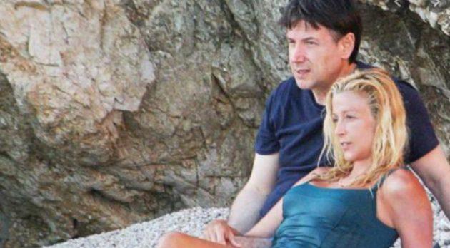 """Giuseppe Conte al mare: le foto in spiaggia """"pagate a peso d'oro"""" con la sua Olivia Paladino"""