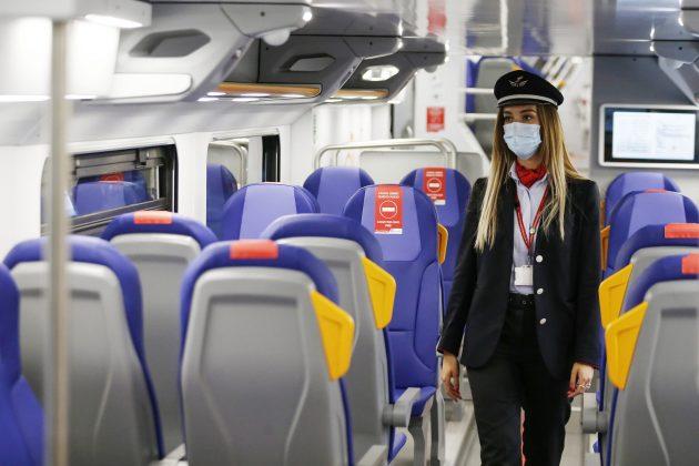 """Treni distanziamento Covid, caos e disagi: De Micheli chiarisce perché sugli aerei """"vicini vicini"""""""
