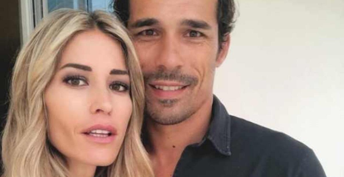 Elena Santarelli marito, stretti stretti al mare: «Che peccato per Bernardo, si è rovinato fisicamente»