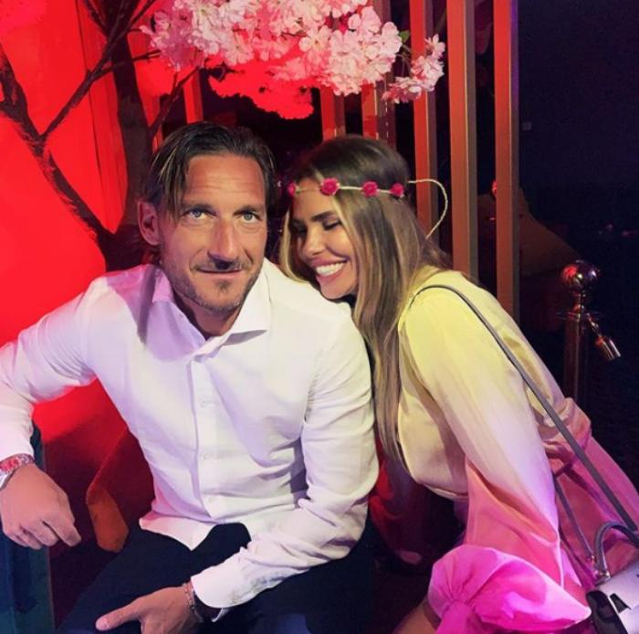 Ilary Blasi e Francesco Totti innamorati al mare, lui commenta: «Mi sembravi un piranha!»