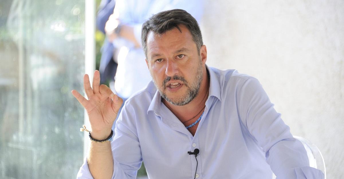 Salvini visita caseificio senza mascherina, sindacati polemizzano