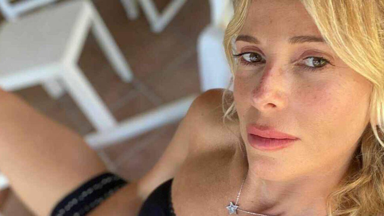 Alessia Marcuzzi, selfie con gambe chilometriche: «Atomica, sei proprio una bomba!»