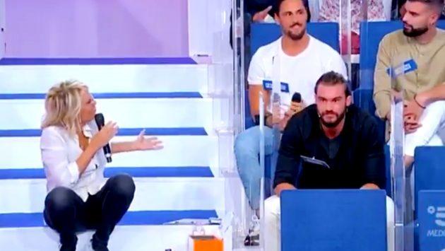 """""""Uomini e donne"""", Maria De Filippi furiosa contro corteggiatore: «Te ne devi andà» [VIDEO]"""