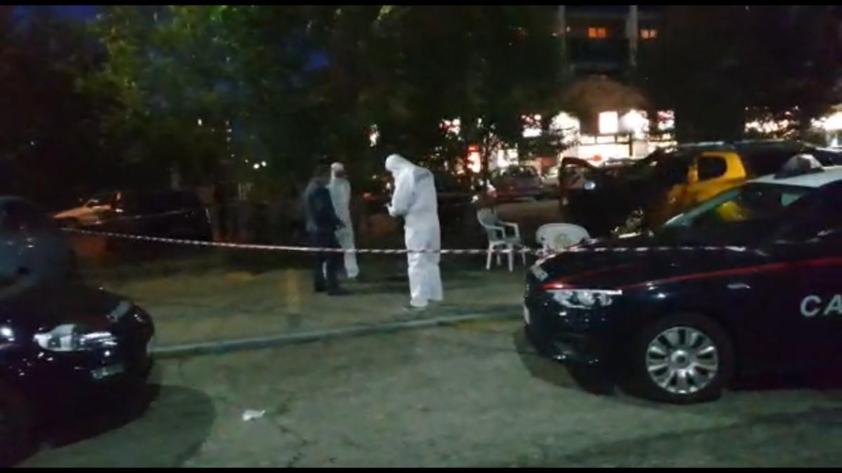 Venaria omicidio  suicidio: spara sei colpi in strada alla compagna poi si toglie la vita