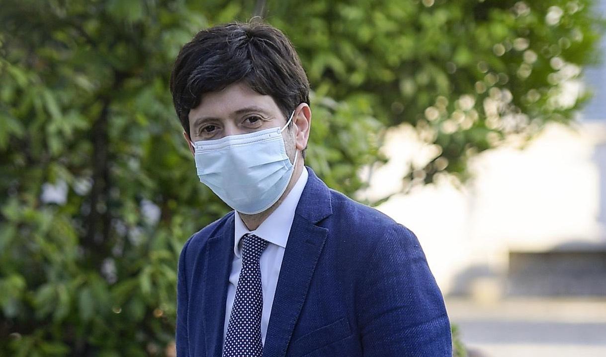 Vaccino Coronavirus, Speranza: «Prime dosi entro fine anno»