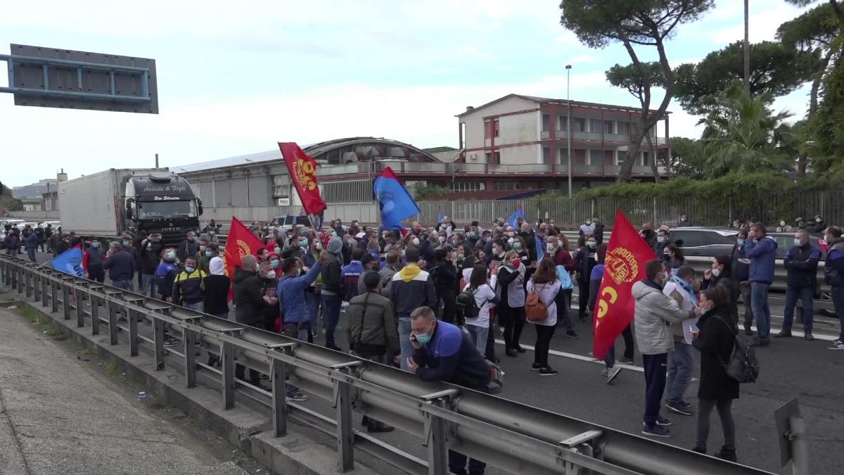 Whirlpool Napoli, procedura di licenziamento sospesa fino al 15 ottobre per poter valutare 5 progetti di reindustrializzazione