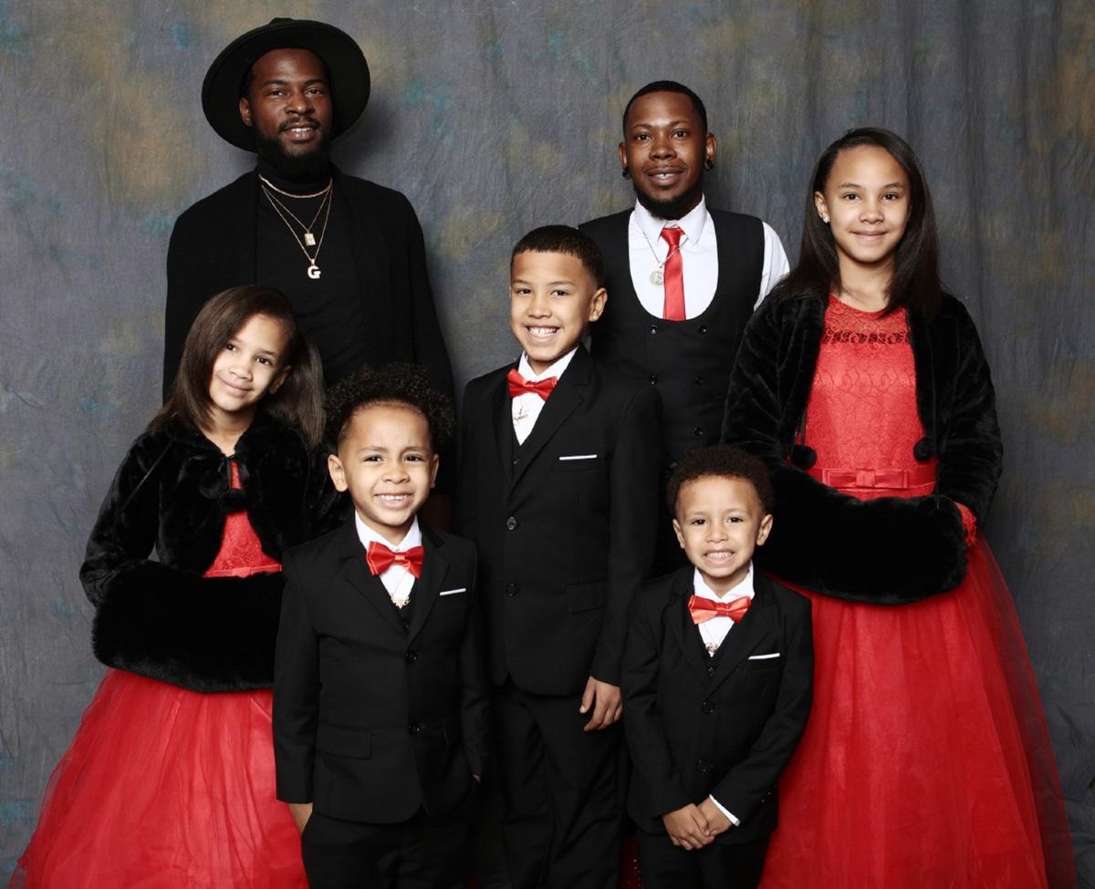 ragazzo adotta 5 bambini