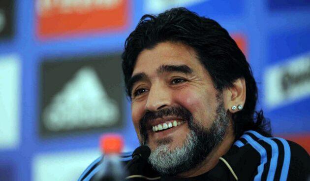 """Diego Armando Maradona è morto, addio al """"Pibe de Oro"""": il mondo del calcio in lacrime"""