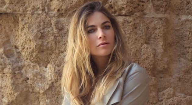 Eleonora Pedron accovacciata alza le gambe: il particolare è bollente – FOTO