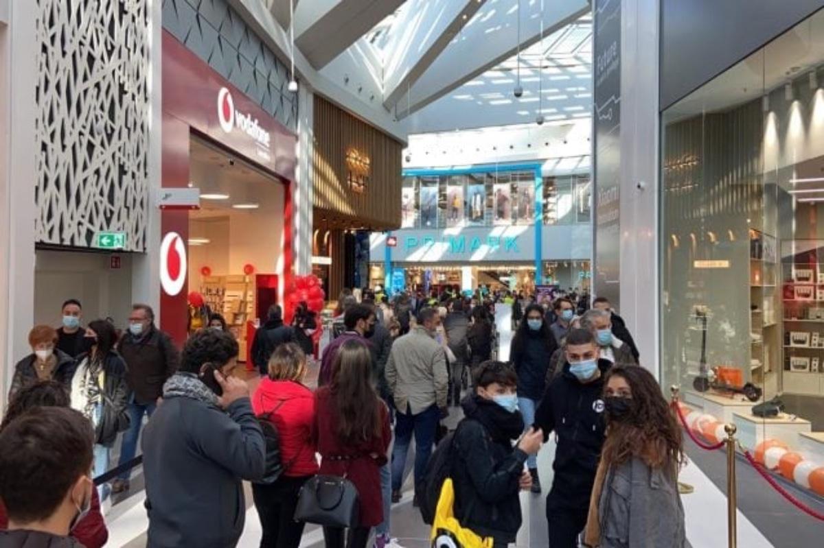 Apre nuovo centro commerciale, polemiche sugli assembramenti