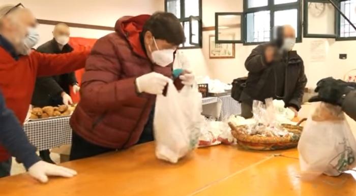Gianni Morandi distribuisce il pranzo ai poveri