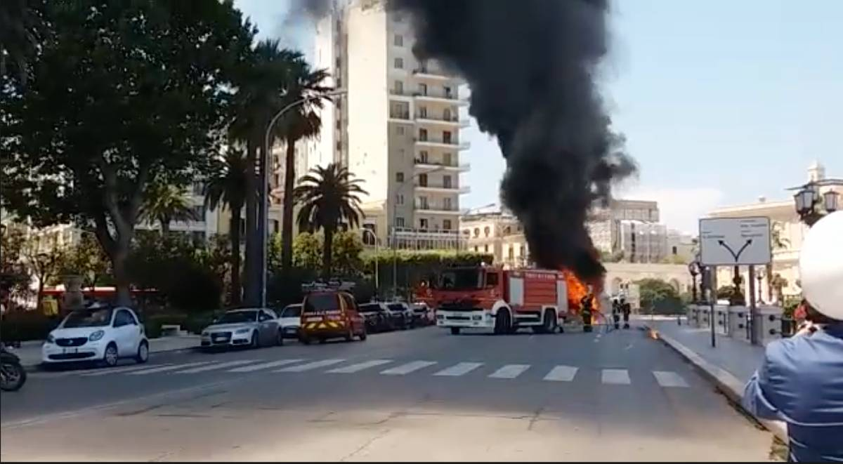 autobus in fiamme a bari