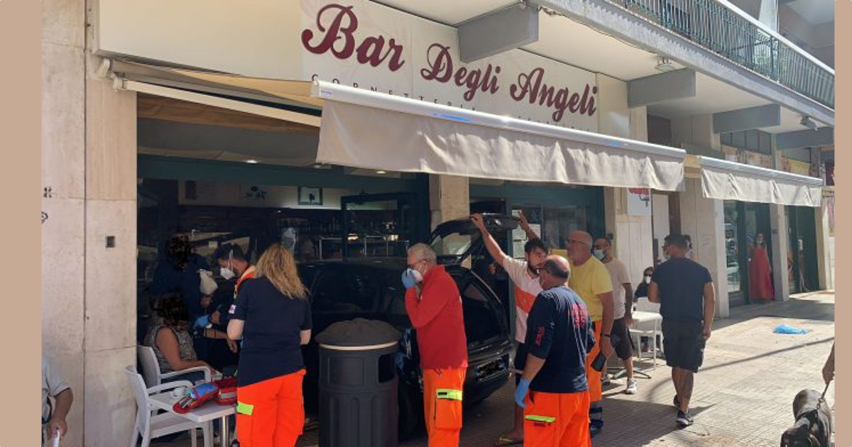 Lecce sfonda vetrata bar