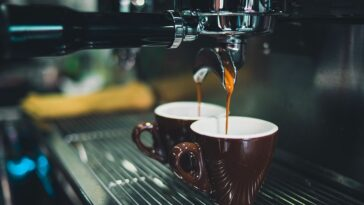Il caffè diventa un lusso: aumenta il prezzo della materia prima. Quanto ci costerà una tazzina