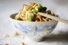 Noodles ricetta veloce con verdure e arachidi